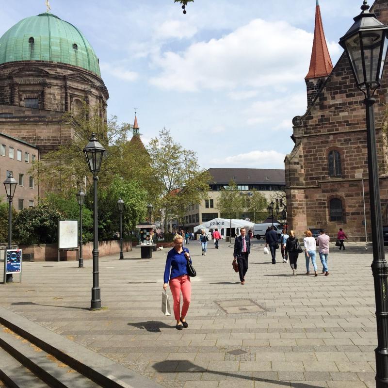 Imagen de la instalación de 'Galicia, Pórtico Universal' en la Jakobsplatz (Plaza de Santiago) de Núremberg