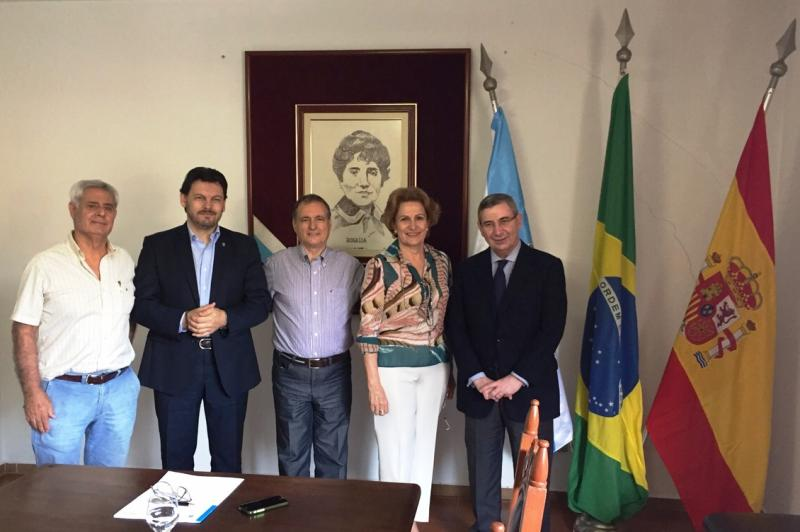 Miranda visitou a Sociedade de Socorros Mutuos e Beneficente Rosalía de Castro de Santos, onde asinou un convenio de colaboración