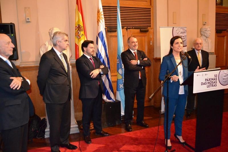 A presidenta do Parlamento de Galicia, Pilar Rojo, inaugurou no Tetaro Solís da capital uruguaia a mostra '53 páxinas das nosas letras'