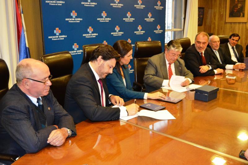 Imaxe da sinatura do convenio de colaboración coa Asociación Española Primera de Socorros Mutuos de Montevideo