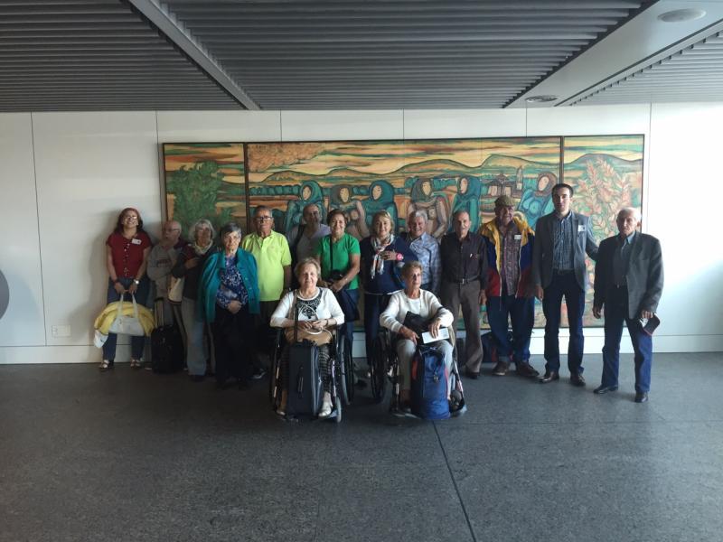 Imagen de la llegada al aeropuerto de Lavacolla (Santiago de Compostela) de las y de los participantes procedentes de Venezuela