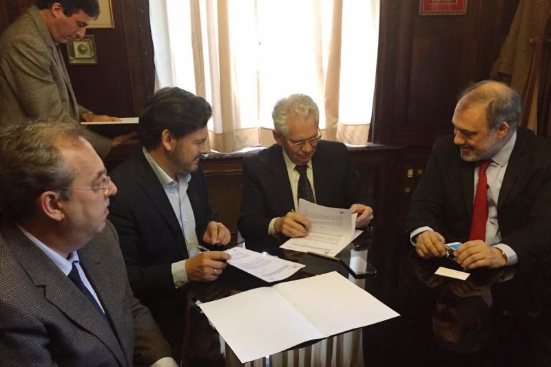 Imaxe da sinatura do convenio de colaboración co Fogar Español de Anciáns da capital uruguaia