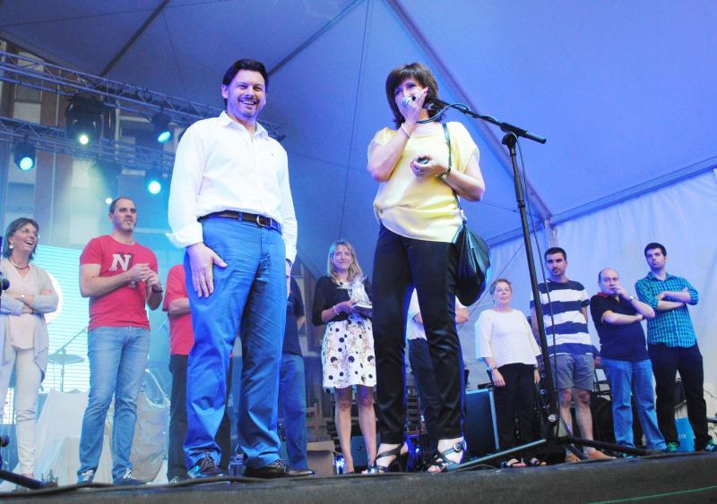 Miranda e Pilar González no acto de imposición da insignia de ouro da Agrupación ao secretario xeral. Ao fondo á esquerda María Luisa Piñeiro e -ao seu carón- Josu Bergara