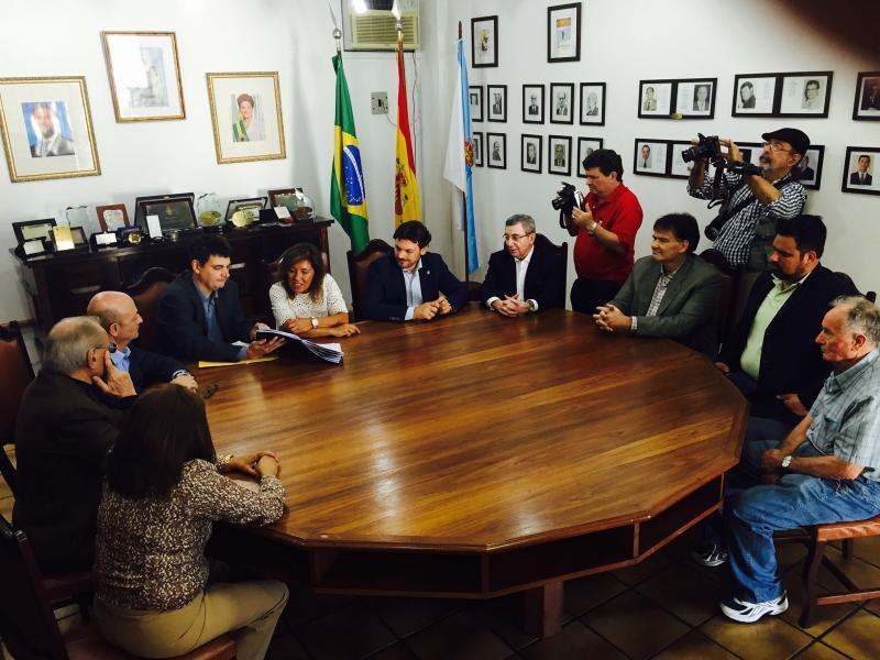A conselleira de Traballo e Benestar e o secretario xeral da Emigración da Xunta de Galicia durante a sinatura do convenio coa Peña Galega da Casa de Espanha de Río de Xaneiro