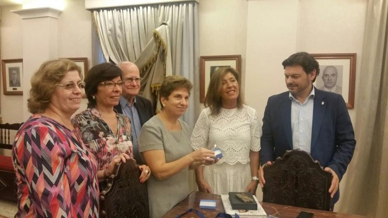 Miranda (primeiro pola dereita) e Mato (segunda) tamén visitaron a Associaçâo Recreio dos Anciâos para Asilo da Velhice Desamparada que dirixe a galega Regina Jallas  (terceira pola dereita)