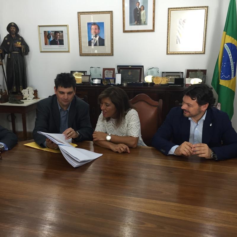 La conselleira de Traballo e Benestar y el secretario xeral da Emigración, durante la firma del convenio con la Peña Galega de la Casa de Espanha de Río de Janeiro