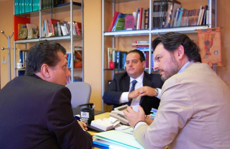 En la imagen de la reunión celebrada en Santiago de Compostela: Miranda, a la derecha; Coelho, a la izquierda; y, en medio al fondo, Péres