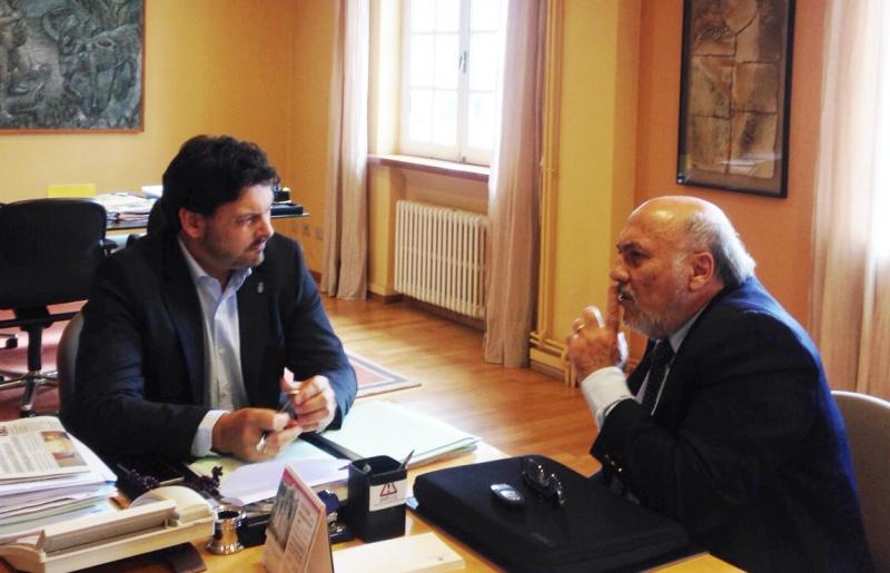 Na foto, Campos Peso (á dereita) no despacho de Rodríguez Miranda en Santiago de Compostela