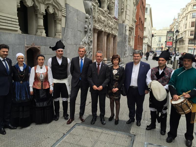 Autoridades galegas e vascas, con integrantes dos grupos folclóricos das entidadees galegas en Euskadi