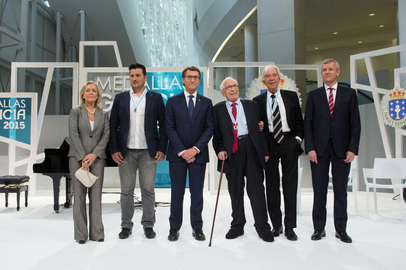 Na imaxe de arquivo, Xosé Neira Vilas (terceiro pola dereita) durante o acto de entrega das Medallas de Galicia na súa categoría de Ouro, xunto coa e cos outros galardoados e o presidente da Xunta de Galicia o pasado 24 de xullo