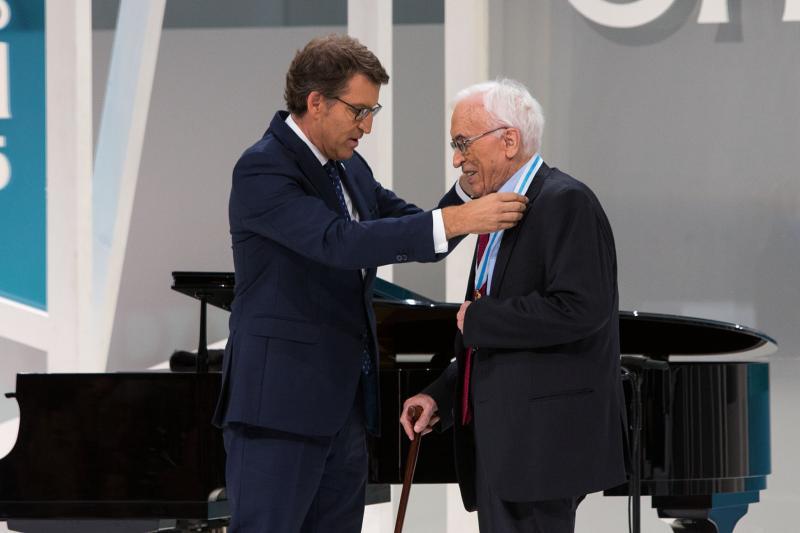 Na foto de arquivo, o presidente da Xunta de Galicia entregando a Xosé Neira Vilas da Medalla de Ouro de Galicia nun acto celebrado o pasado 24 de xullo