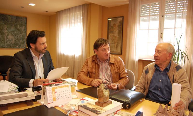De izquierda a derecha: Antonio Rodríguez Miranda (secretario xeral da Emigración), Arturo Grandal (alcalde de Salvaterra de Miño) y Ricardo Domínguez Gil (presidente de la entidad salvaterrense en la capital argentina) durante la reunión celebrada en la sede de Emigración en Santiago de Compostela