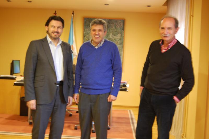 De esquerda a dereita: Antonio Rodríguez Miranda (secretario xeral da Emigración), José Ramón Cerdeira (presidente en funcións do Centro Galego de Valencia) e Ramón Brigos (subdirector xeral da Emigración e das Comunidades Galegas)