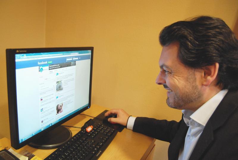 Na imaxe, Miranda consultando a páxina en Facebook da Secretaría Xeral da Emigración