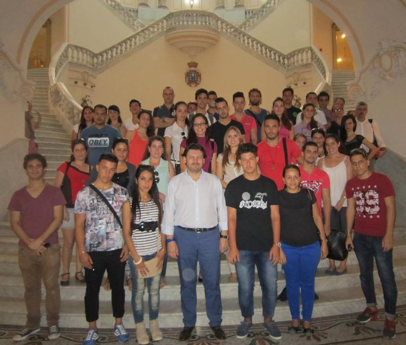 En la foto, Miranda con la juventud en el interior del Centro Gallego de La Habana