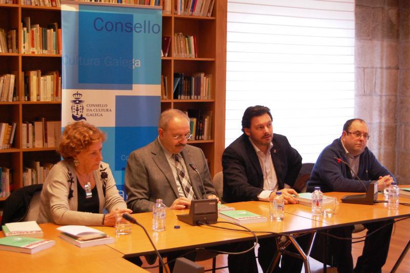 Na presentación do libro, de esquerda a dereita: a filla do editor, Silvia Pulpeiro; o presidente do Consello da Cultura Galega, Ramón Villares; o secretario xeral da Emigración, Antonio Rodríguez Miranda; e o coautor do libro, Pablo Rodríguez