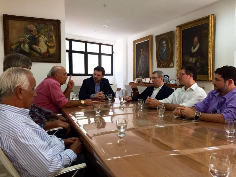 Na foto, o secretario xeral da Emigración na súa visita ao Centro Espanhol de Salvador de Baía