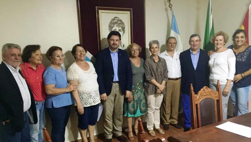 O secretario xeral da Emigración da Xunta de Galicia, con membros da directiva do Centro