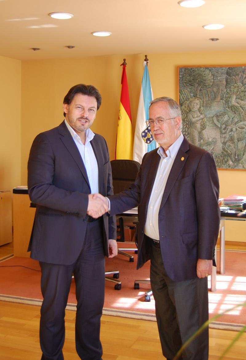 Miranda y Gulías durante la entrevista mantenida por ambos en el despacho del secretario xeral da Emigración en Santiago de Compostela