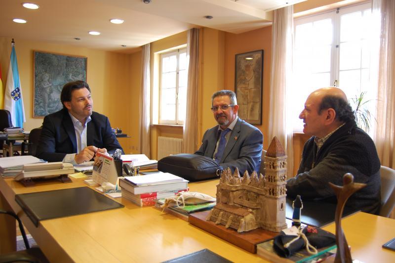 En la foto, Miranda con los representantes de la comunidad gallega en Eibar