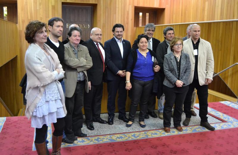 No centro, con gravata vermella, o cónsul de Cuba en Galicia, José Antonio Solana e, ao seu carón, o secretario xeral da Emigración, Antonio Rodríguez Miranda, despois de aprobarse a declaración