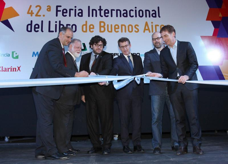 El presidente de la Xunta, acompañado del ministro de Cultura de la Argentina y el alcalde de Santiago de Compostela, durante la inauguración de la Feria del Libro de Buenos Aires