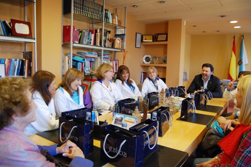 Miranda coas peregrinas na sede da Secretaría Xeral da Emigración en Santiago de Compostela