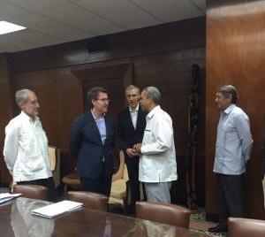 Imaxe da reunión celebrada na Habana entre o presidente da Xunta de Galicia e o viceministro primeiro do MINCEX cubano