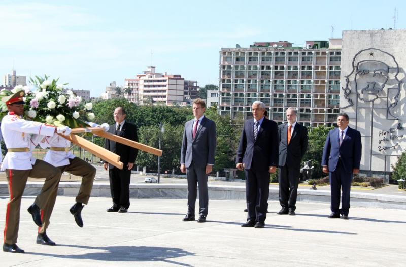 El presidente de la Xunta asiste a la ofrenda floral ante el monumento a José Martí