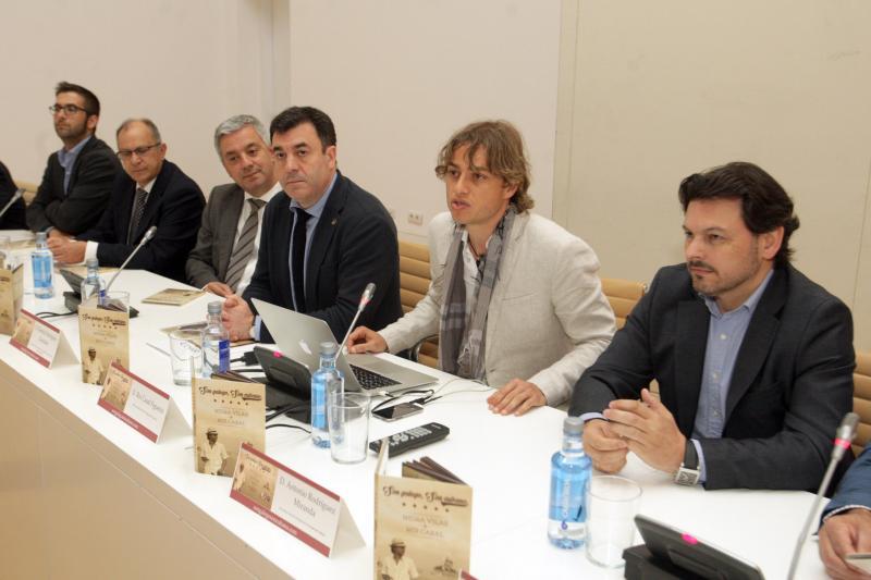 Antonio Rguez. Miranda (primeiro pola dereita), Roi Casal (segundo), Román Rodríguez (terceiro) e Valentín García (cuarto), durante a presentación do disco