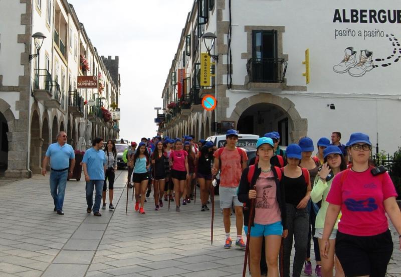O secretario xeral da Emigración e mailo alcalde de Portomarín acompañaron nun tramo do Camiño de Santiago ás mozas e mozos do 'Conecta con Galicia 2016'