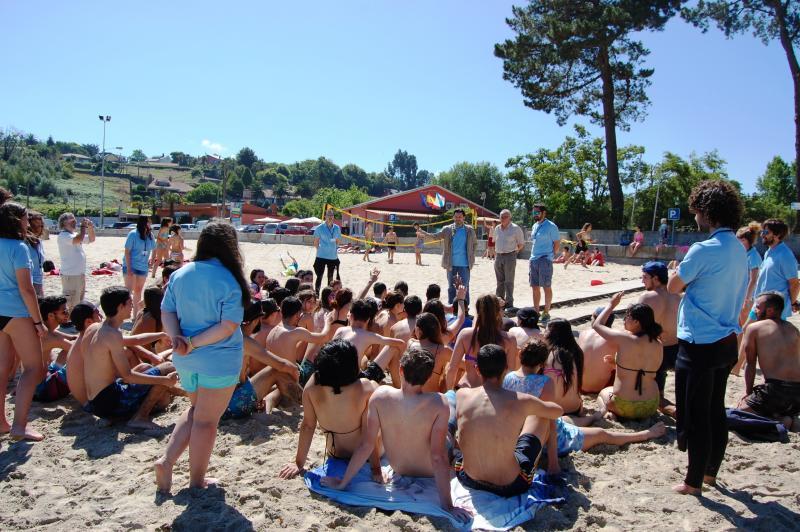 O secretario xeral da Emigración acompañou ás mozas e mozos do Conecta con Galicia que están desenvolvendo actividades marítimas na praia de Gandarío