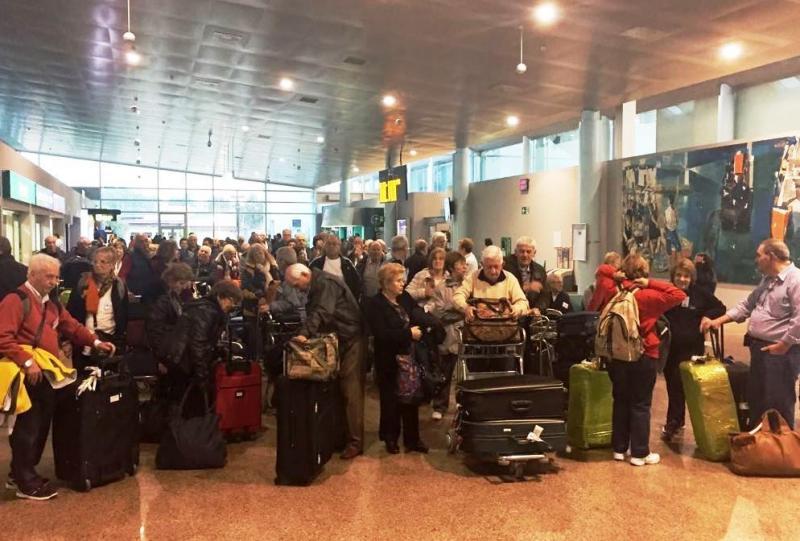 En la imagen, llegada de las y de los participantes al aeropuerto vigués de Peinador