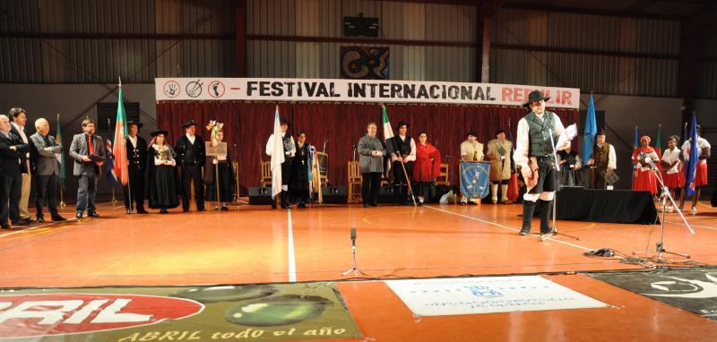 La gala central de la undécima edición del Festival Internacional Rebulir reunió siete agrupaciones que mostraron sus danzas y músicas de raíz