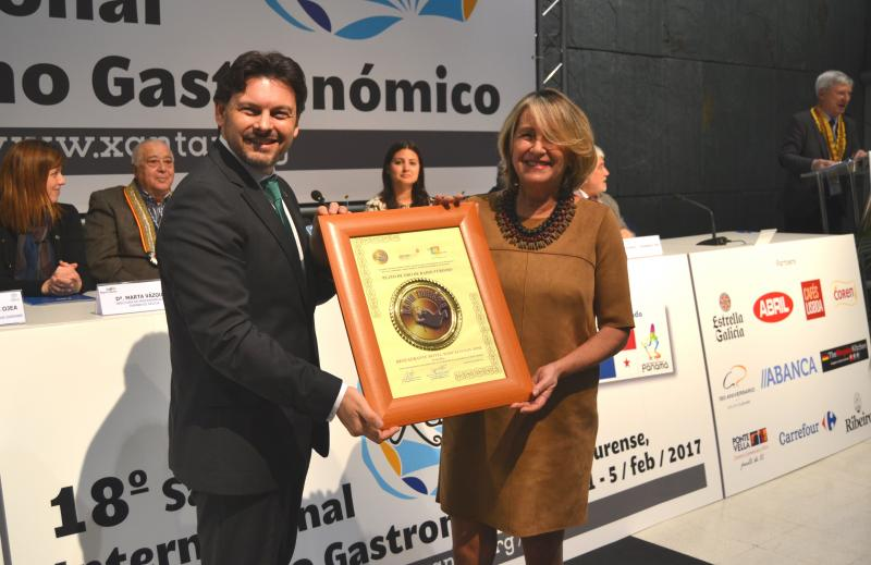 Na imaxe, o secretario xeral da Emigración fai entrega dun dos Pratos de Ouro de Radioturismo á representante do Hotel Barceló San José (Costa Rica)