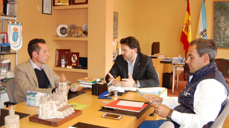 De esquerda a dereita: González, Miranda e Alejandro, durante a reunión mantida esta mañá no despacho do secretario xeral da Emigración en Santiago de Compostela