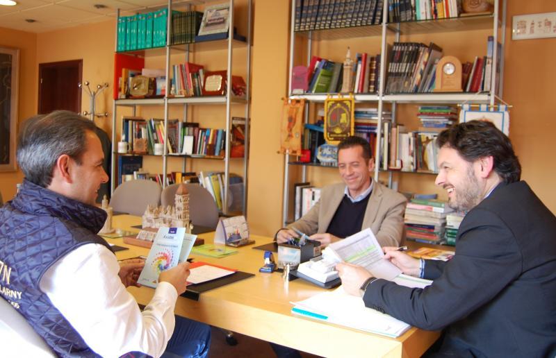 De esquerda a dereita: Alejandro, González e Miranda, durante a reunión mantida esta mañá no despacho do secretario xeral da Emigración en Santiago de Compostela