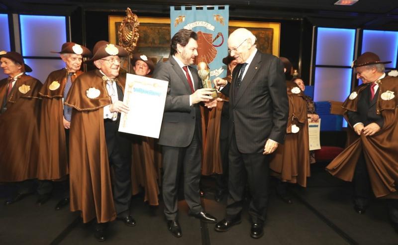 Antonio Rodríguez Miranda (no centro da imaxe), entregando o galardón a José Manuel Romay Beccaría, presidente do Consello de Estado e, á súa esquerda, Enrique Santín