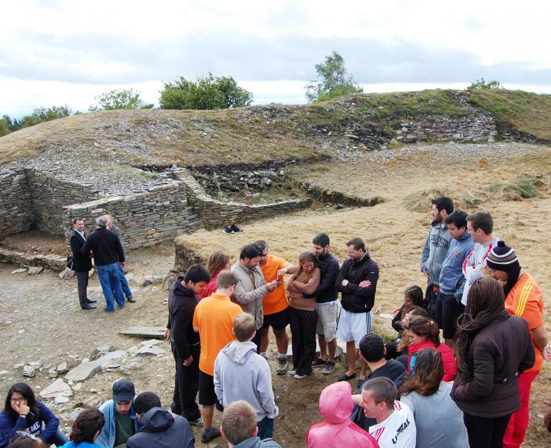 Imaxe de arquivo da visita do secretario xeral da Emigración ás e aos mozos do campo de traballo de Portomarín (Lugo)