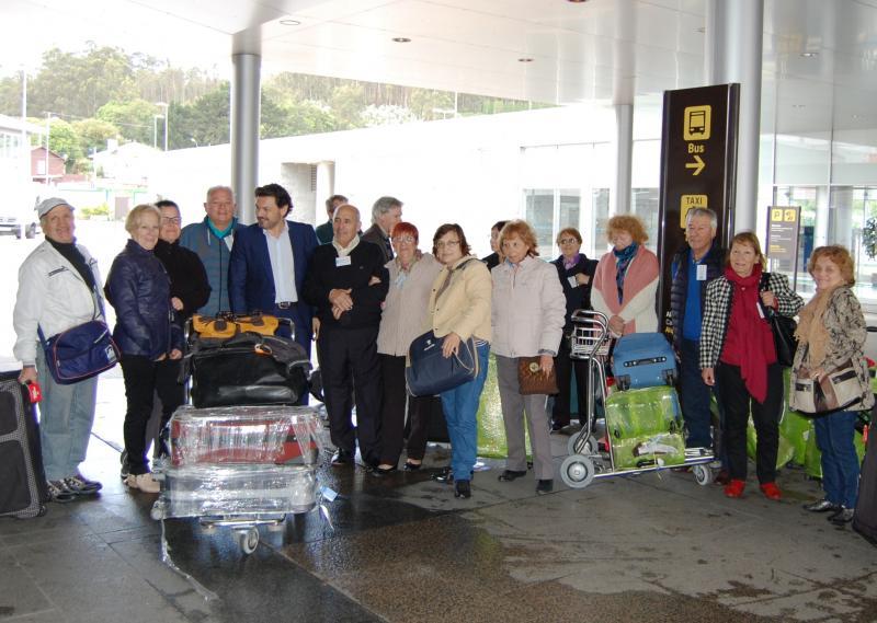 Na imaxe de arquivo, o secretario xeral da Emigración coas e cos participantes na edición de 2016 de 'Reencontros na Casa'