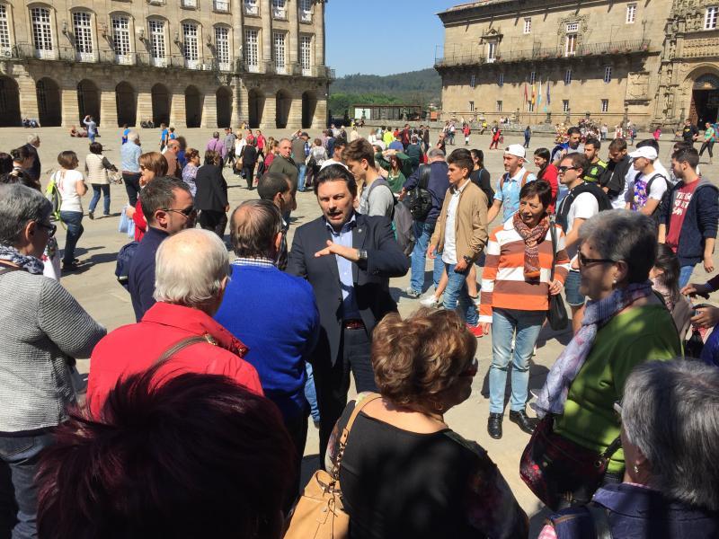 El secretario xeral da Emigración se acercó hasta el Obradoiro y departió con los y las participantes en el viaje