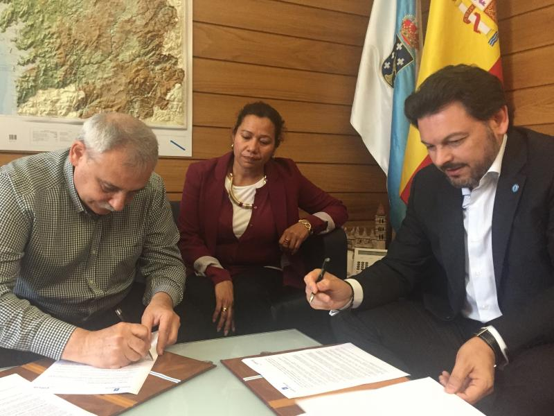 Manuel Pérez Vidal (á esquerda) e Antonio Rodríguez Miranda (dereita) durante a sinatura do convenio