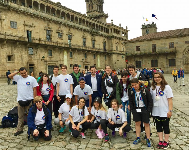Miranda (con americana azul) e Mandianes (á sua esquerda, con bufanda verde), na Praza do Obradoiro cos rapaces e rapazas procedentes de Andorra