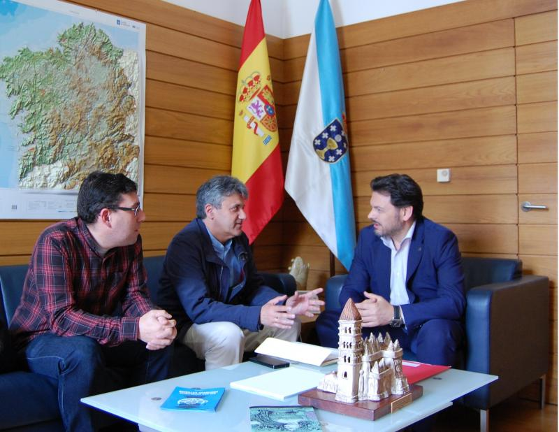 Na imaxe, de esquerda a dereita: Coto, Cerdeira e Miranda durante a reunión no despacho deste último en Santiago de Compostela