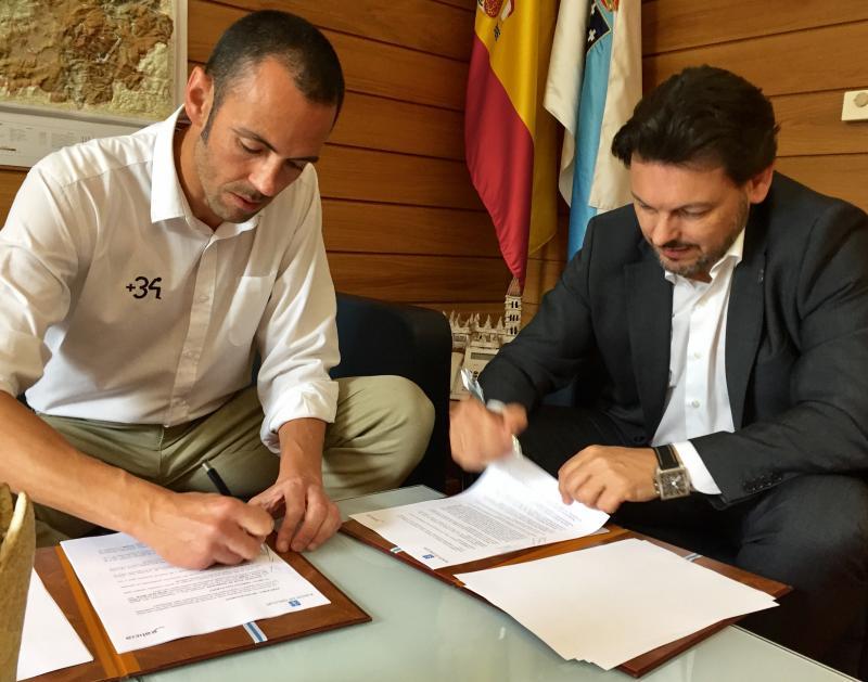 O secretario xeral da Emigración (á dereita da imaxe) e o presidente da Fundación +34, durante a sinatura de renovación do acordo