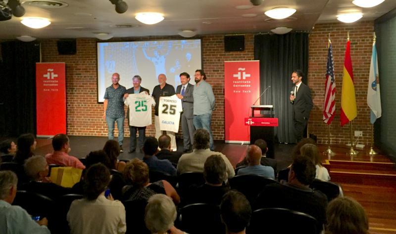 En la imagen, Miranda hace entrega de una camiseta de la selección gallega de fútbol a Formoso, en presencia del representante del Cosmos