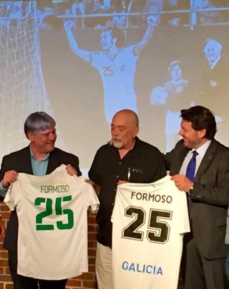 Na imaxe, Miranda fai entrega dunha camiseta da selección galega de fútbol a Formoso, en presenza do representante do Cosmos