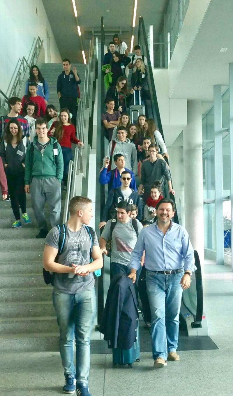 Na imaxe, o secretario xeral da Emigración e os mozos e mozas do 'Conecta con Galicia' á súa chegada ao aeroporto compostelán de Lavacolla