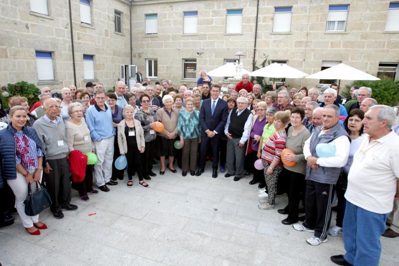 Imaxe de arquivo da visita do presidente da Xunta, Alberto Núñez Feijóo, á Residencia de Tempo Libre do Carballiño, onde se atopaban ás e os participantes do 'Reencontros na Terra' 2017