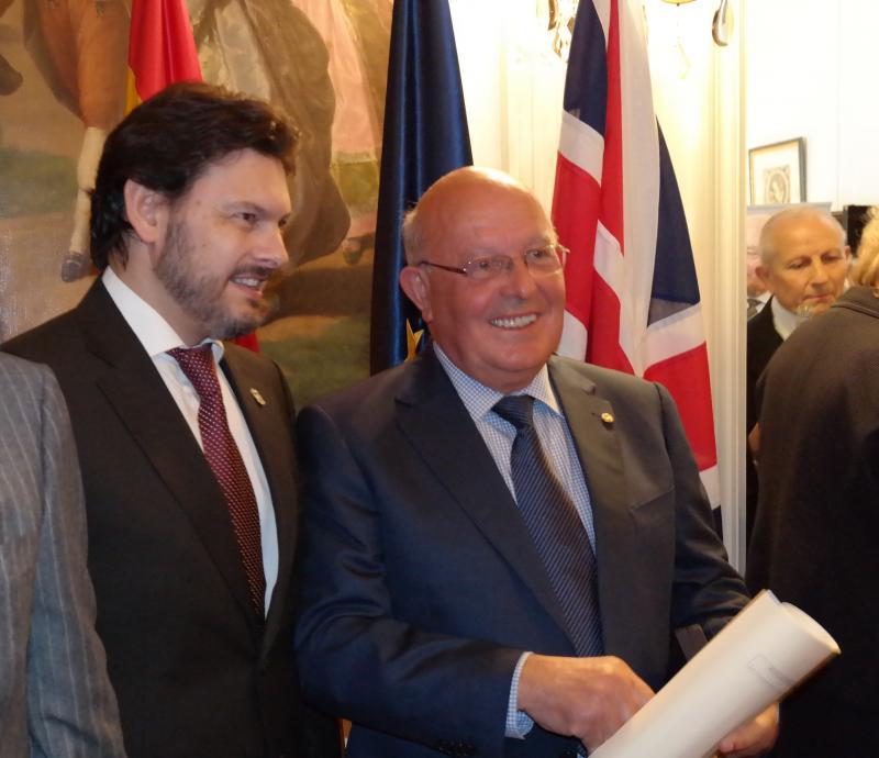 Na imaxe de arquivo, Ernesto Atanes (á dereita) no acto no que lle foi entregada a Medalla de Honra da Emigración